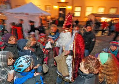 Adventsmarkt Obernkirchen mit Weihnachtsmann