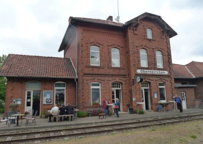 Blick auf Bahnhof mit Cafè